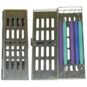 Diese Kassette eignet sich ideal für die Zusammenstellung von kleinen, speziellen Sets bis maximal 5 Instrumenten. Der Kassettendeckel lässt sich seitlich aufklappen und enthält eine Silikonauflage zum sicheren Halt von Graceys, Küretten, Explorern, Befundungsinstrumenten und lagert durch eine spezielle Einlage auch Pinzetten sicher ein.
